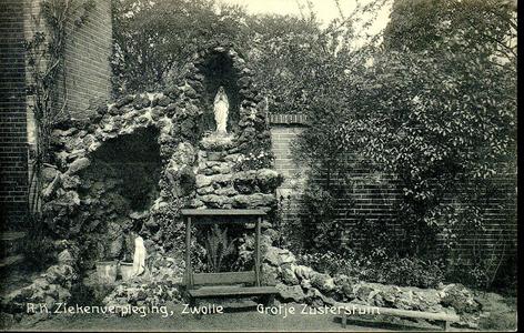 6607 PBKR1248 Lourdesgrot met bidstoel in de zusterstuin bij het R.K. ziekenhuis uit 1902 aan de Blekerstraat. Dat was ...
