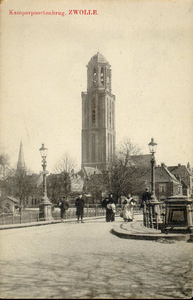 6671 PBKR1851 Gezicht vanaf de Harm Smeengekade (voorheen Beestenmarkt) op de Kamperpoortenbrug met twee lantaarns van ...