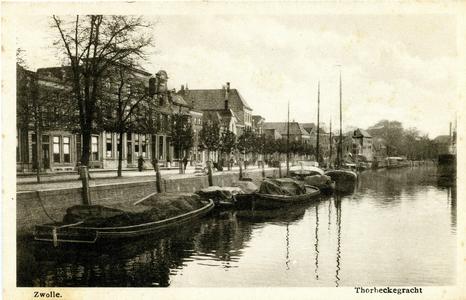 805 PBKR6569 Zwolle , Thorbeckegracht met binnenvaartschepen, gefotografeerd vanaf de Vispoortenbrug richting ...