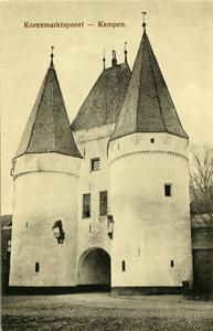 964 PBKR6014 De Koornmarktspoort, gezien vanaf de IJsselkade. Deze 14e-eeuwse poort in de stadsmuur van Kampen is de ...