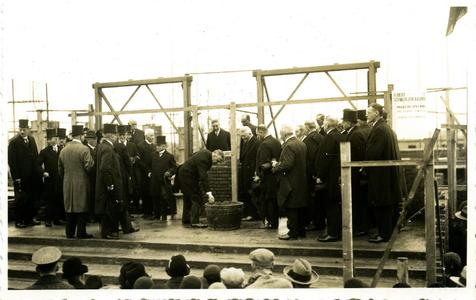 987 PBKR6580 Zwolle : Eerste steenlegging van de NH Jeruzalemkerk aan de Molenweg in Assendorp, op 30 april 1932. De ...