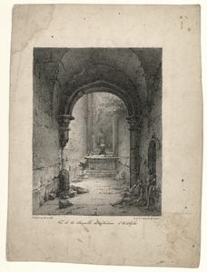 42 -TP000997 Afbeelding van een een altaar in een kapel. Alles is verwoest. Rechts zit een soldaat op de grond. Naast ...