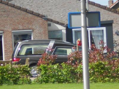 390 Op de dag van Dodenherdenking, de vlaggen halfstok, staat een lijkwagen bij Woonzorgcentrum Rosengaerde aan de ...