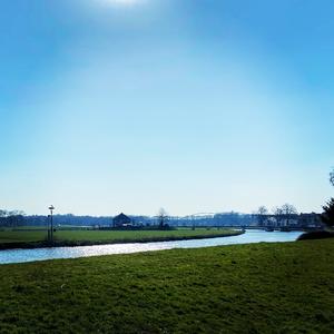 46 Uitzicht op de Blauwe Bogen brug vanaf het dijkje bij de Bellingeweer te Dalfsen, 31-03-2020