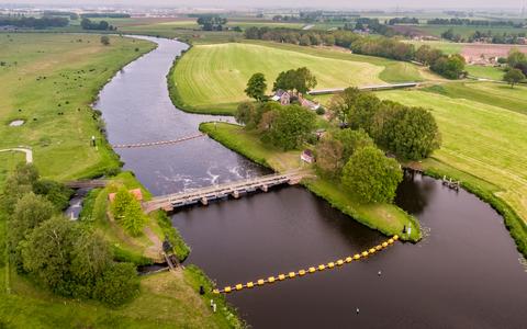 495 Luchtfoto van het Waterschap Drents Overijsselse Delta van een met gele drijvers afgezette Vechterweerd bij ...
