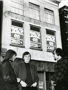 Pand Tour 66 : voorkant gebouw, Gelkingestraat 52, met initiatiefnemers