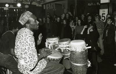 Viering 5 jaar Vrije Hand, met percussionist en publiek