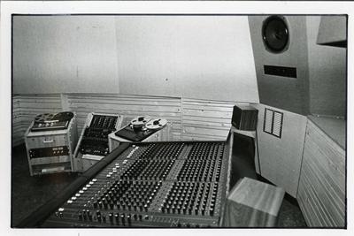 Popburo : publiciteitsfoto studio opname-afluisterruimte aan het Boterdiep 73 in Groningen<br/><br/>