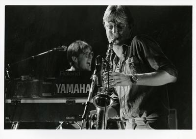 Popburo 5 jaar : optreden gelegenheidsformatie met Eddie Meijer (toetsen, zang) en Tom Barlage (saxofoon) in Het Viadukt