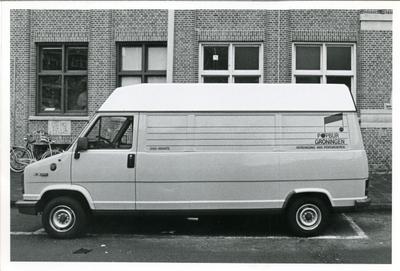 Popburo Groningen : bedrijfsbus in gebruik voor Popworkshop, geparkeerd voor Simplon, Boterdiep 73