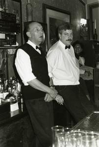 De Vrije Hand : viering 5 jaar Vrije Hand, barpersoneel Huize Maas