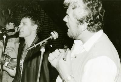 Act(naam): TBR Blues Band. <br/>Beschrijving (vlnr): George Schriemer (gitaar invaller), Eddy Koekkoek (basgitaar/zang), Henk ter Veld (zang/mondharmonica). <br/>Gelegenheid: optreden tuinfeest. <br/>Locatie: Blijham. <br/>Datum: 26-april-1985.