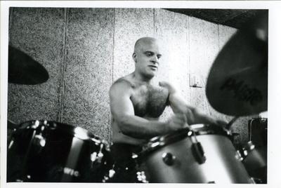 Popburo : drummer Dikkie Bakker van Mean Machine in de oefenruimte tijdens fotoshoot voor bij interview in Popburo-blad Demo