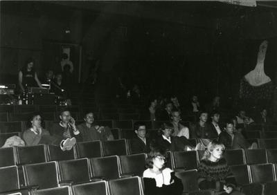 Rave-On : optreden, kijkje in de zaal met publiek in het pas gekraakte Grand Theatre in Groningen. Achteraan links geluidman Hans Konneman