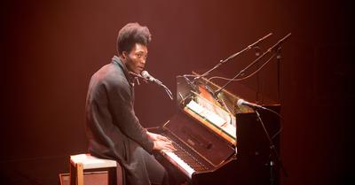 Eurosonic 2014 : pianist zanger Benjamin Clementine tijdens een optreden in het Grand Theatre (bovenzaal)