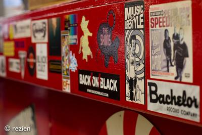 Elpee : interieur, stickers op counter, Oosterstraat 24-1 in Groningen