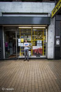 Elpee : Jan Kooi bij voorgevel, Oosterstraat 24-1 in Groningen