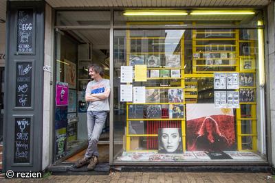 Elpee : Jan Kooi in deuropening, Oosterstraat 24-1 in Groningen