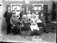 De familie Zevenhoven voor vermoedelijk hun woning