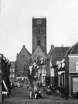 73296 Gezicht in de Waterstraat te Utrecht, vanuit het westen. Op de voorgrond de waterpomp bij de Willemstraat ...
