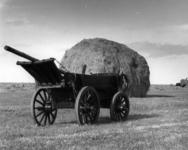 5600 Afbeelding van een boerenwagen bij een hooimijt in de omgeving van Eemdijk (gemeente Bunschoten).
