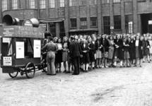 52964 Afbeelding van het personeel van de Batterijenfabriek Herberhold (Balkstraat 14-16) te Utrecht bij een ...