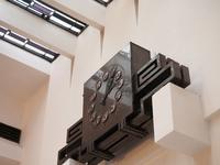 827856 Afbeelding van de door Van Gelder en Van Ginkel vervaardigde art-deco klok in het gebouw van de Stichting ...