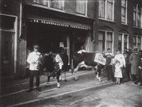 59778 Afbeelding van twee te slachten koeien voor De Transvaalsche Vleeschhal (Kanaalstraat 213) te Utrecht.
