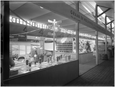 Een stand van de Graan- en Meelhandel v/h P.A. van Hoek [Aarle-Rixtel] op de Tentoonstelling Klim Op Helmond Industrie Handel Land- & Tuinbouw Kunst & Folklore